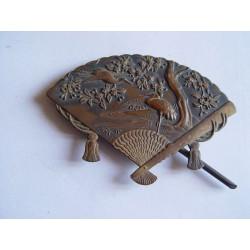 Tarjetero oriental de bronce con forma de abanico. Trabajo muy delicado.