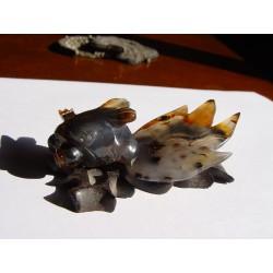 Figura con forma de animal seguramente de jade sobre base de madera.