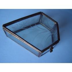 Cajita de cristal grabada.