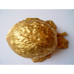 Nuez de metal dorado de 17cms. de longitud